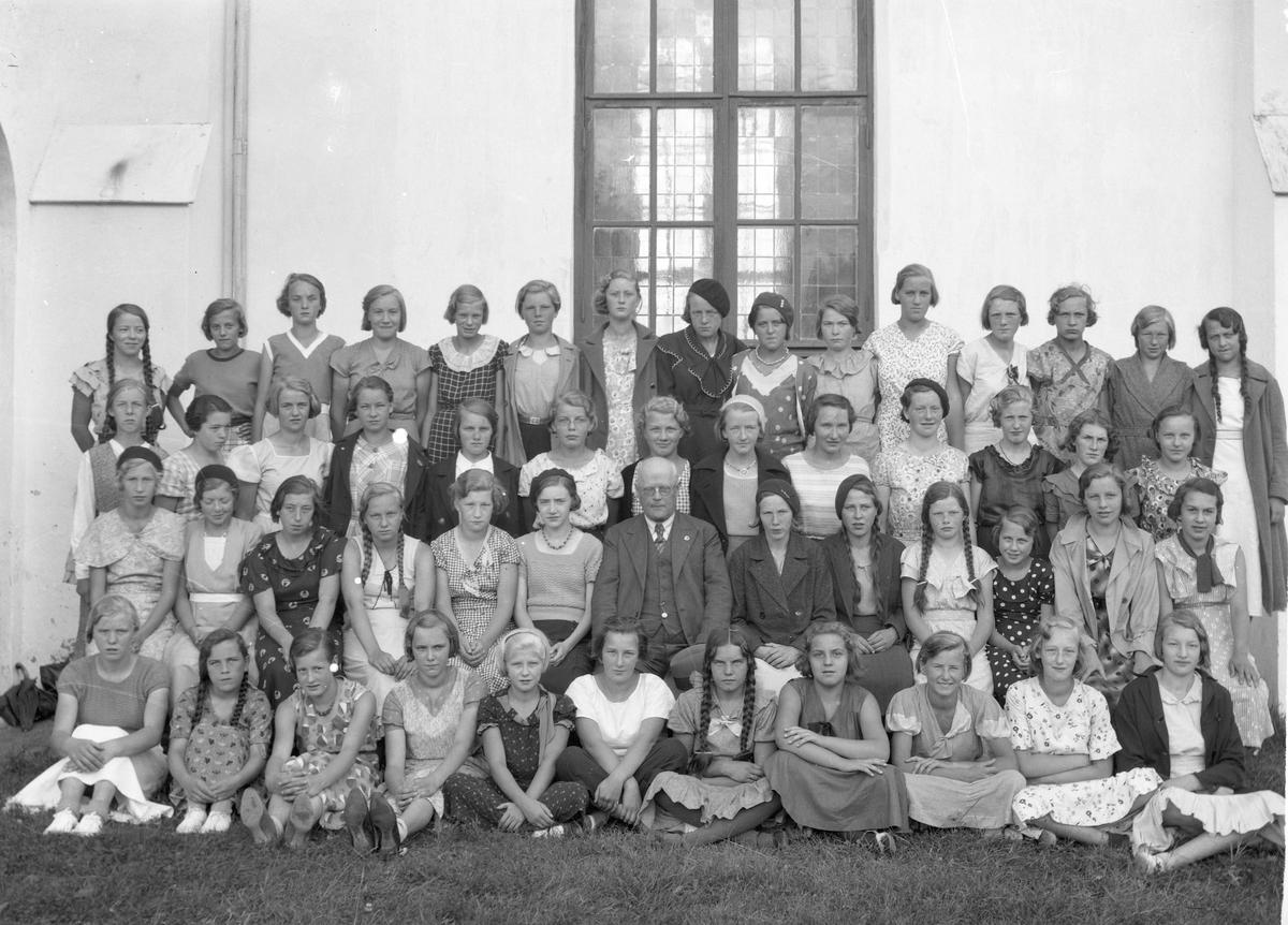 Konfirmasjonsbilde. Sokneprest (1922-39) i Eidsvoll kirke, Einar Høyer. Bilde tatt senest i 1939.