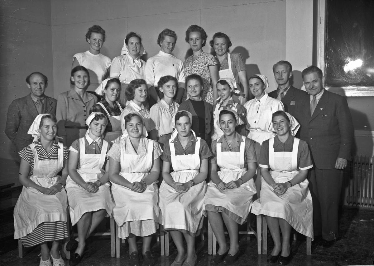 Kvinner i hvite uniformer - og noen menn.