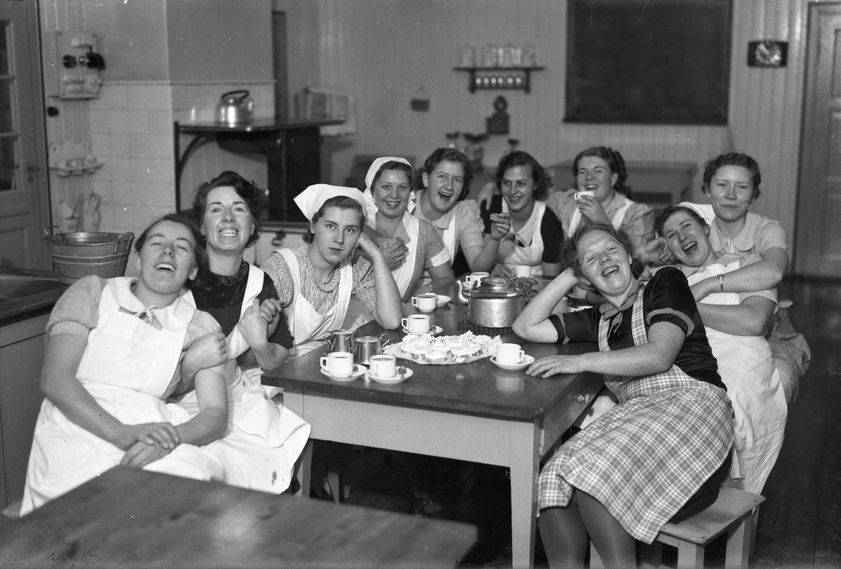 Gruppe kvinner i serveringsuniform.