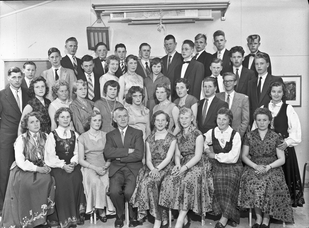 Skolebilde. Lærer Thomassen i midten foran.