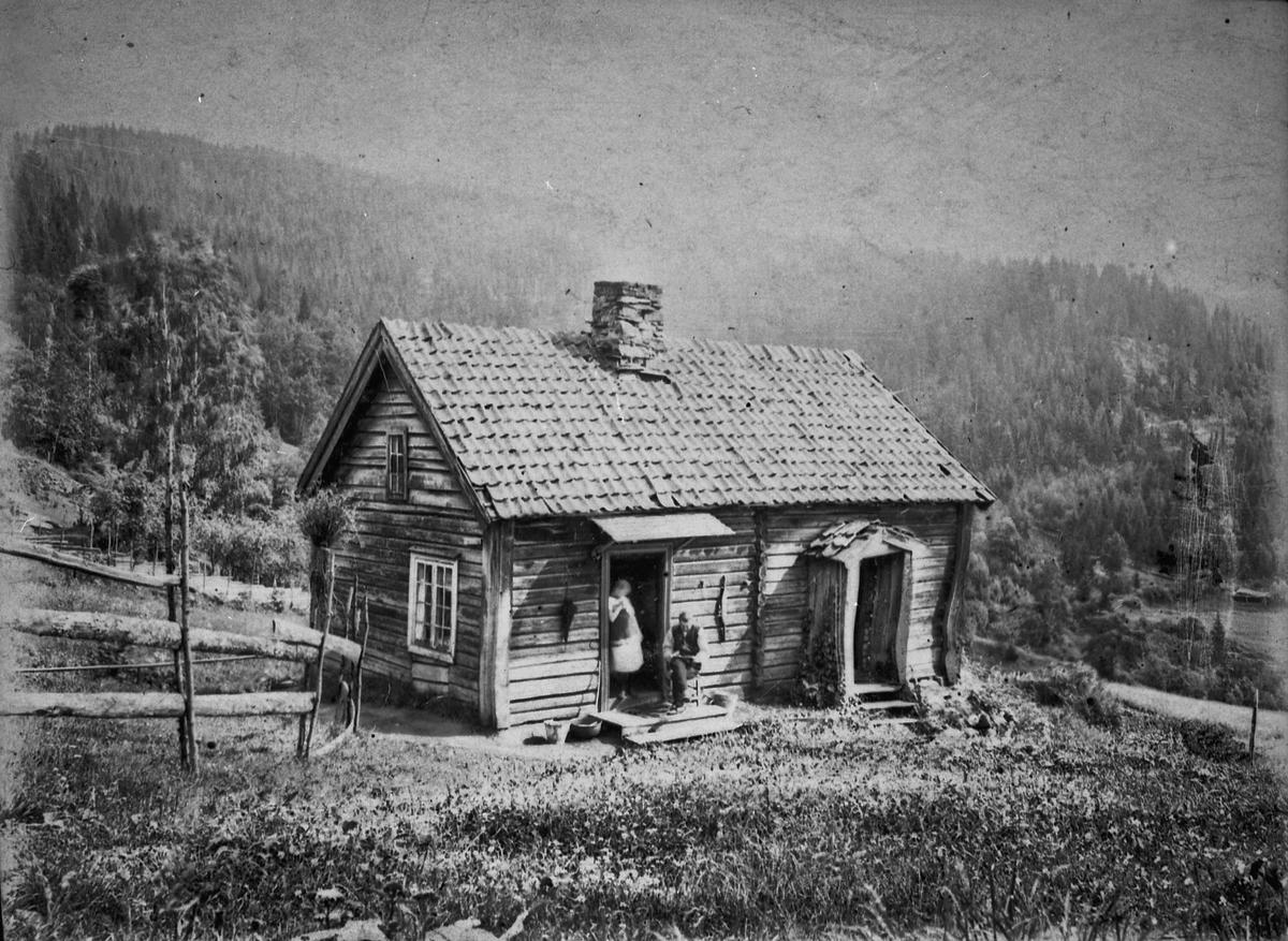 Ulvinflaen, Morskogen – husmannsplass under Ulvin. Ca. 1910. Revet for mange år siden. Stenberg bodde her i mange år – den siste var Pål Nordli. Like ovenfor lå det enda en husmannsplass under Ulvin. Her bodde Gusta og Syver Lia. Hun var en flink veverske – og satte opp alle vever på Morskogen. Disse 2 stedene lå nordøst for Ulvin gård.