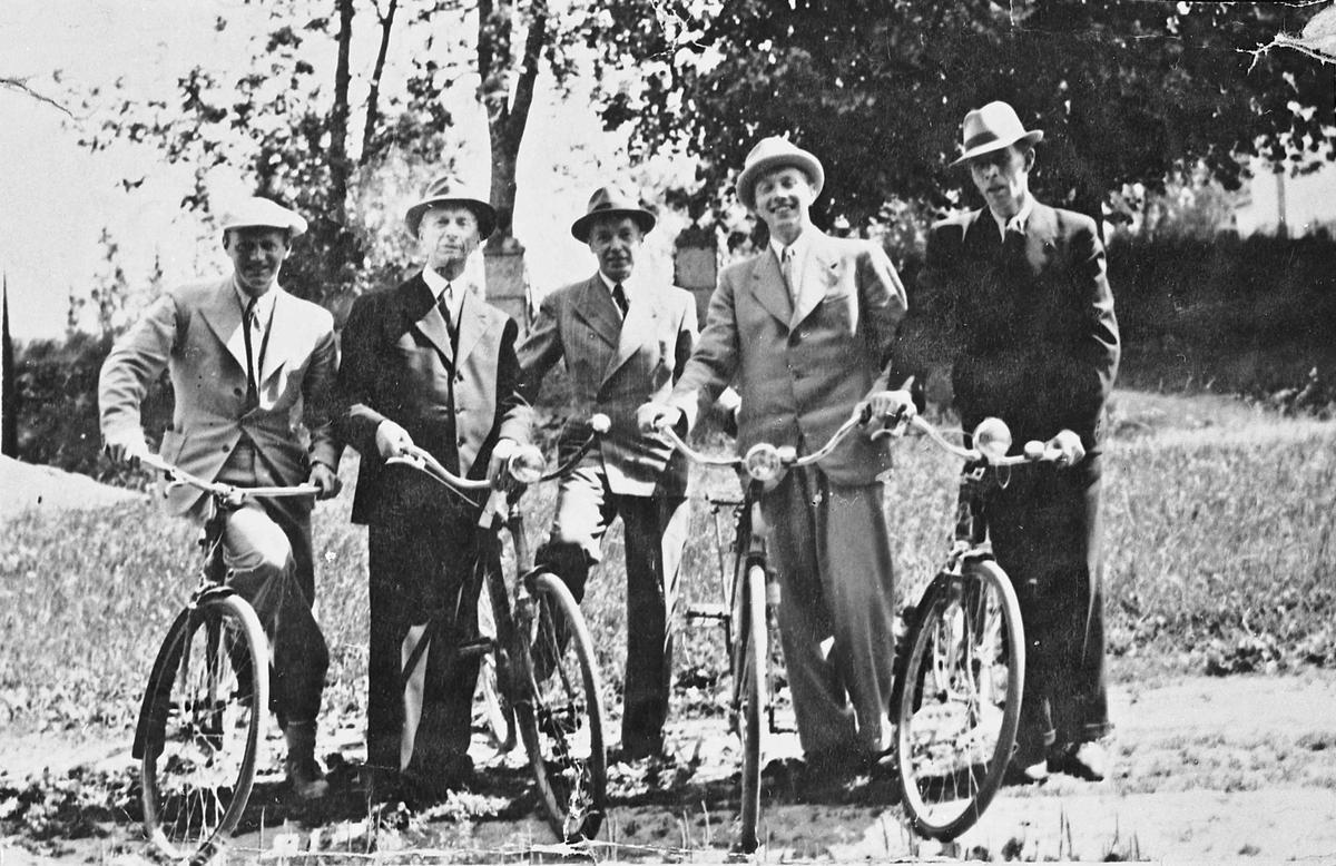 5 tannleger med sykkel, 1941-42. Kan være ved Mork skole. Tannlegene i Eidsvoll ble innkalt til møte ang. behandling av tyske soldater. Tannlegene hadde vegret seg noe!  Sverre L Njaa, Eidvind Nilsen, Odd Moholdt, Helge Neumann og Knut Jensen.