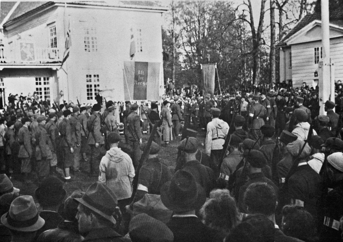 Hjemmestyrker samlet ved Eidsvollbygningen etter krigens slutt.