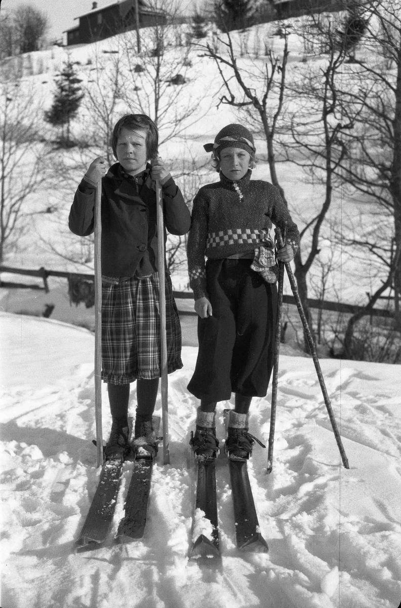 Portrett. 2 jenter på ski.