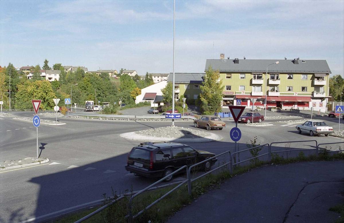 Sagdalen, Boliger og bygninger, kryss nederst i Strømsveien, mellom Sjetten og Lillestrøm. To vikepliktskilt og skilt for rundkjøring.