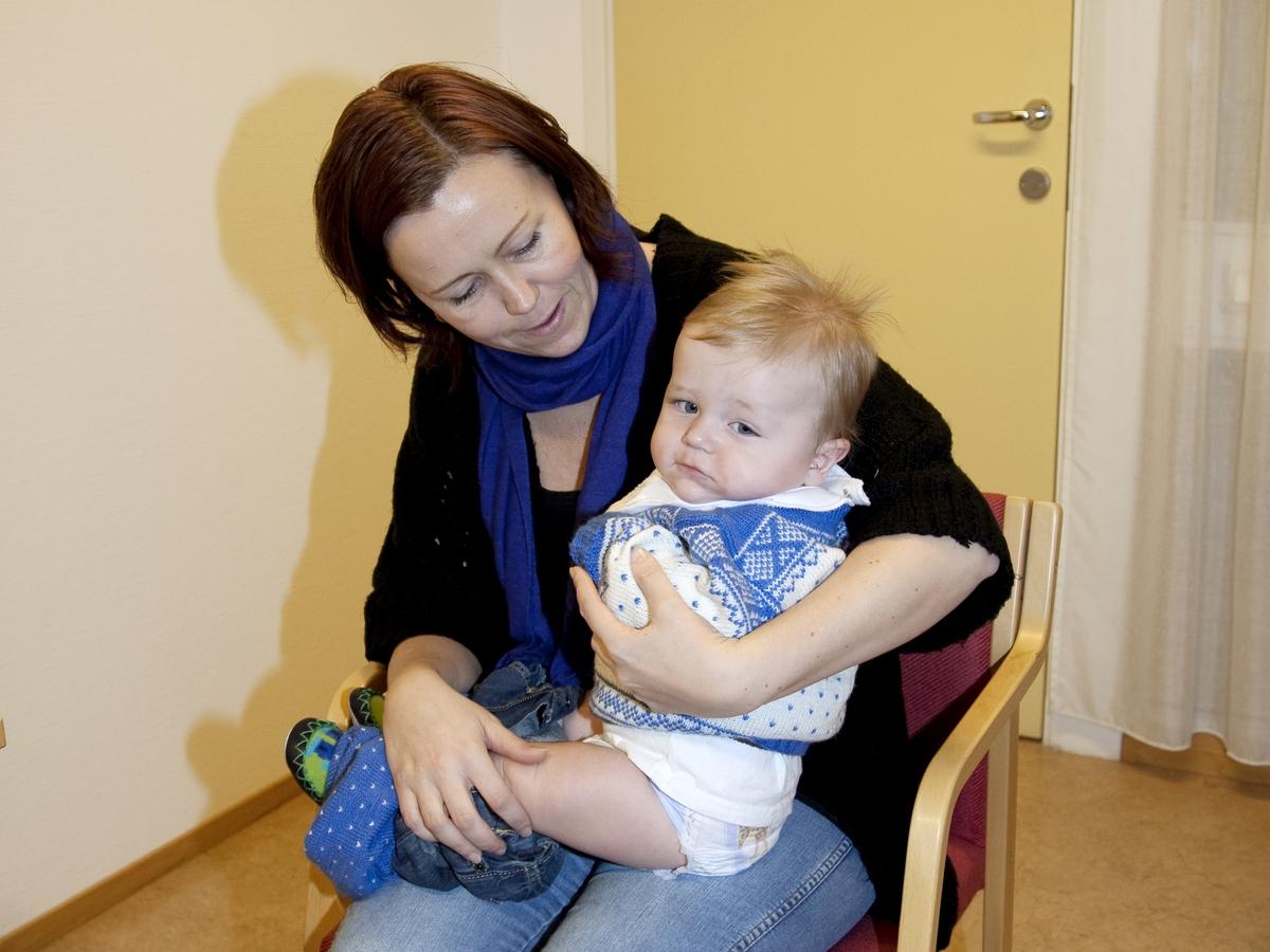 Svineinfluensa. Vaksinasjon mot svineinfluensa på Skedsmo Rådhus den 20.11.09. Vaksinasjonsområde. På vaksinasjonskontoret. Den lille gutten gjøres klar før vaksineringen.