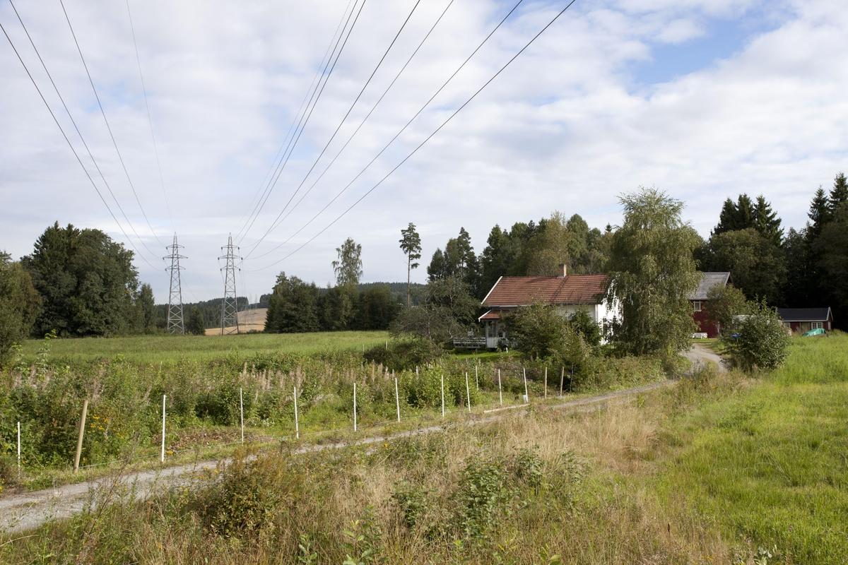 Høyspentmaster i Akershus. Høyspentmaster mellom Yssi og Moen, nord for Riksvei 171, Sørum kommune. Bildet er tatt mot nord.