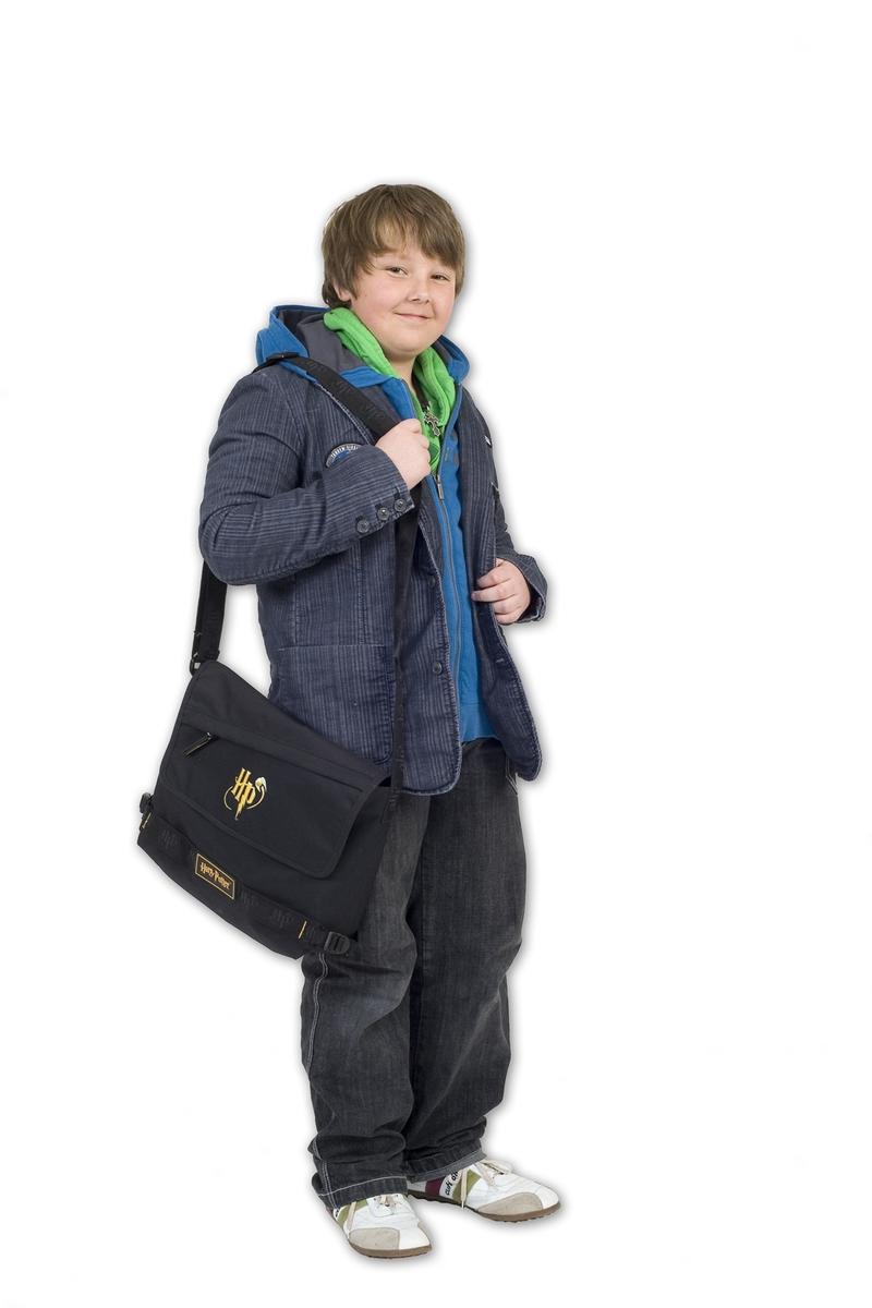 Vesker. Intervjuperson - Familie på fem - gutt med sin yndlingsveske. Studiobilde i forbindelse med samtidsdokumentasjonsprosjekt - Veskeprosjektet 2006.
