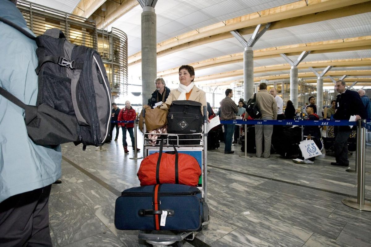 Vesker. Innsjekking. Kvinnelig reisende med bagasje. Fotodokumentasjon i forbindelse med dokumentasjonsprosjekt - Veskeprosjektet 2006 - ved Akershusmuseet/Ullensaker Museum.