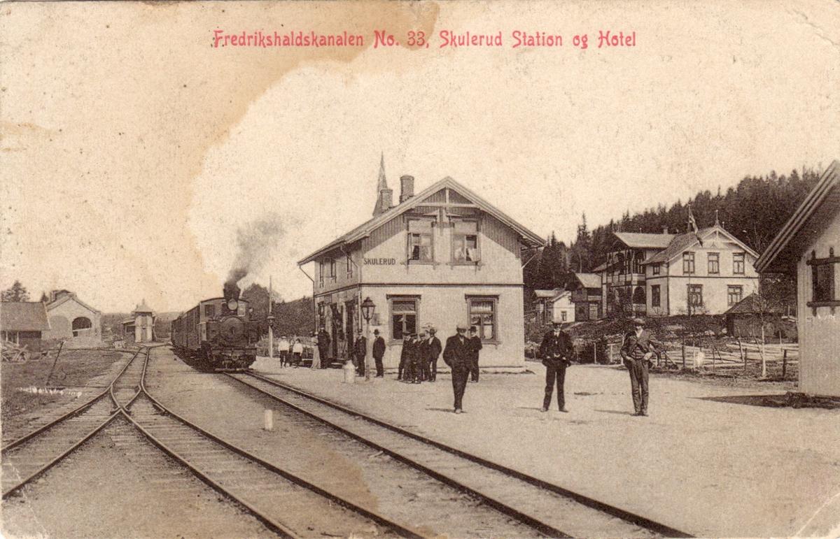 Tog fra Sørumsand ankommer Skulerud stasjon.