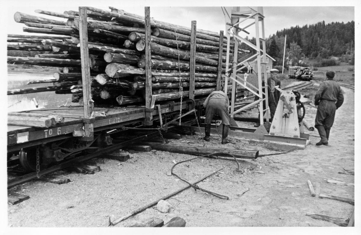 Lossing av tømmer på Skulerud brygge.