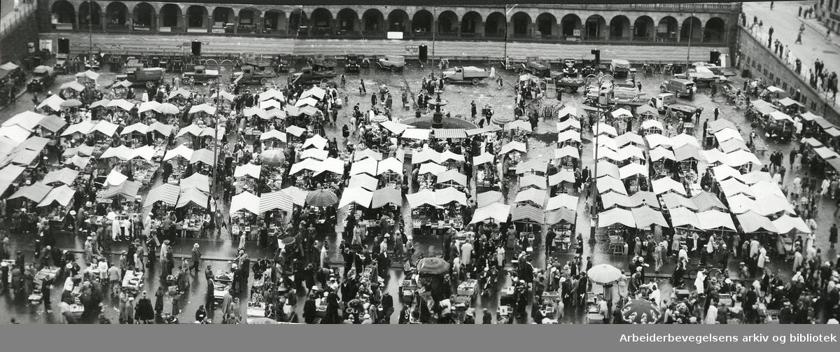 Torghandel på Youngstorget, juli 1940.