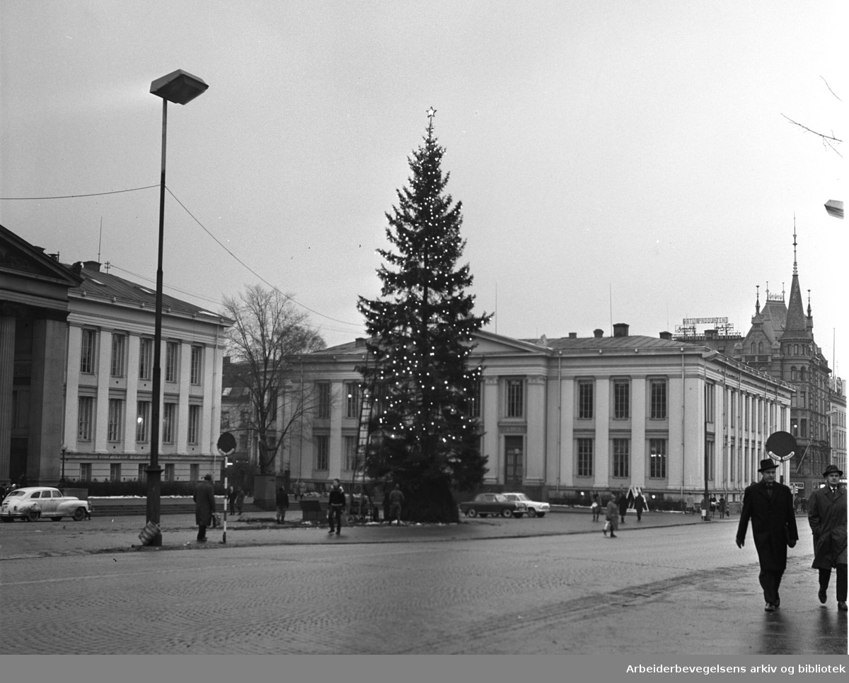 Julegran på Universitetsplassen i Oslo, .november 1963.