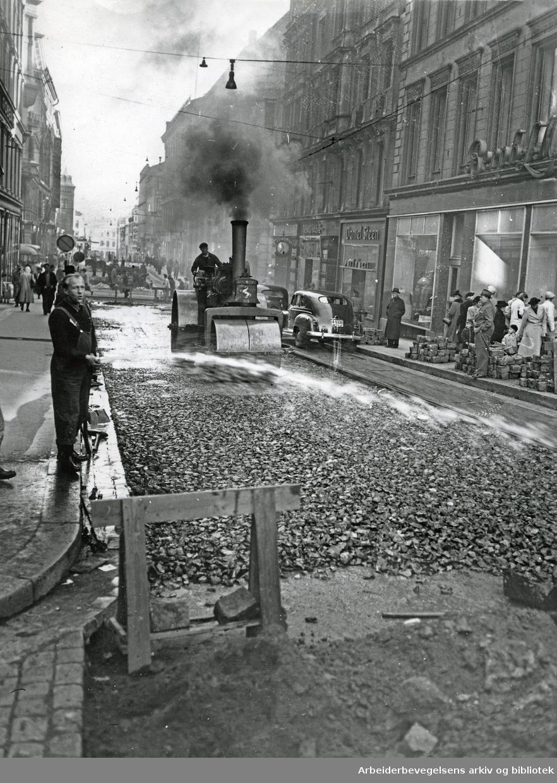 Oslo veivesen legger asfalt i krysset mellom Nedre Slottsgate og Karl Johans gate, 1950-55.