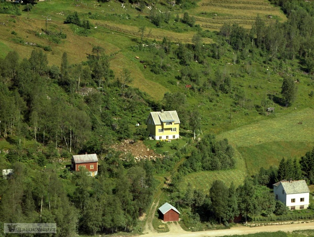 Istad, Øverli Artur. Huset brant ned ca 2005-06..Huset brant ned natten mellom 25 og 26.januar 2005..Vidar Øverli bodde i huset, men berget seg ut ved å hoppe fra altanen i 2. et og ned i snøfonna.