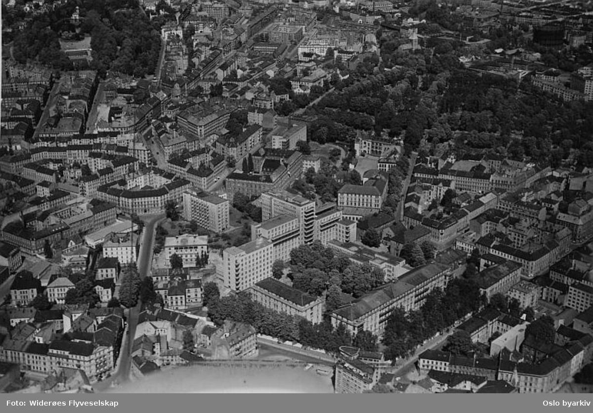 Det gamle Rikshospitalet i Pilestredet 32, Waldemar Thranes gate, Holbergs plass, Holbergs gate, Stensberggata, Nordahl Bruns gate, Frimanns gate. St. Hanshaugen og Vår Frelsers gravlund i bakgrunnen. (Flyfoto).
