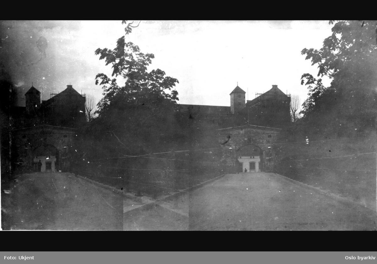 Akershus slott og festning. Broen over Kongens gate mot Festningsporten. (To identiske motiver delvis overlappende ved siden av hverandre.)