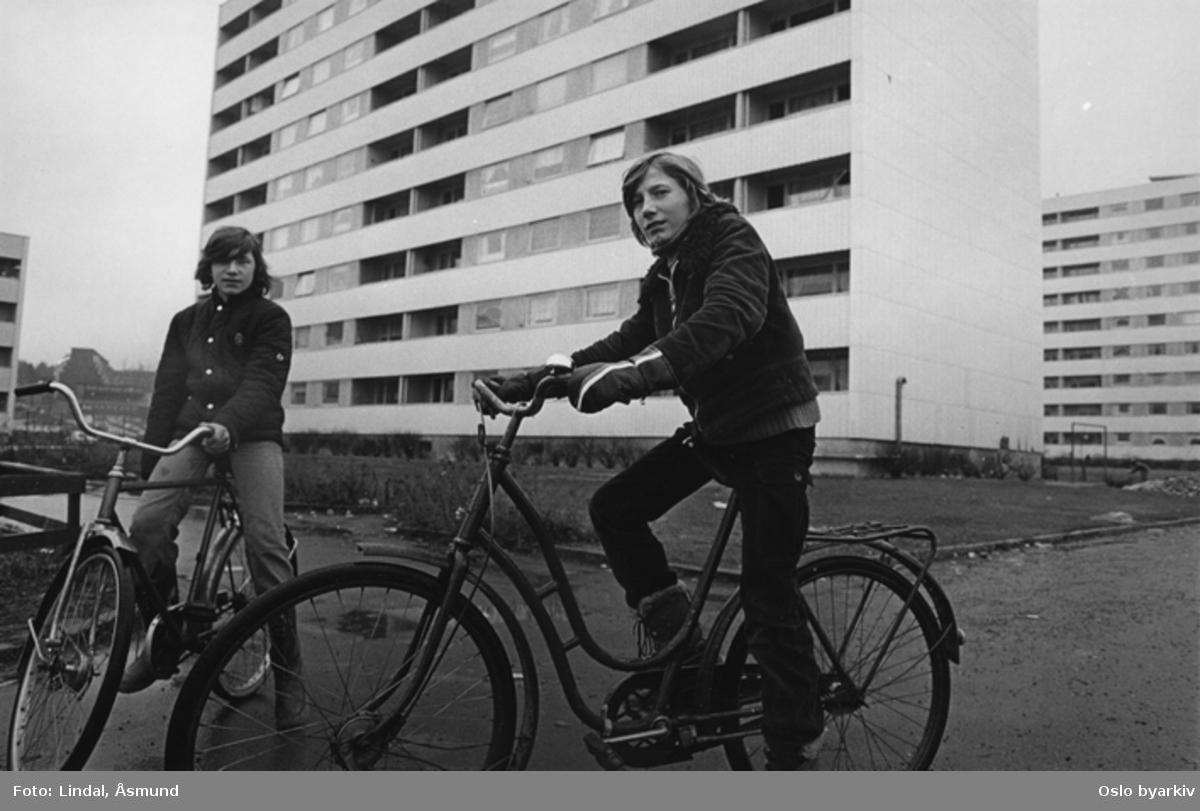 Gutter med sykler foran høyblokker. Fotografiet er fra prosjektet og boka ''Oslo-bilder. En fotografisk dokumentasjon av bo og leveforhold i 1981 - 82''. Kontakt Samfoto ved ev. bestilling av kopier.