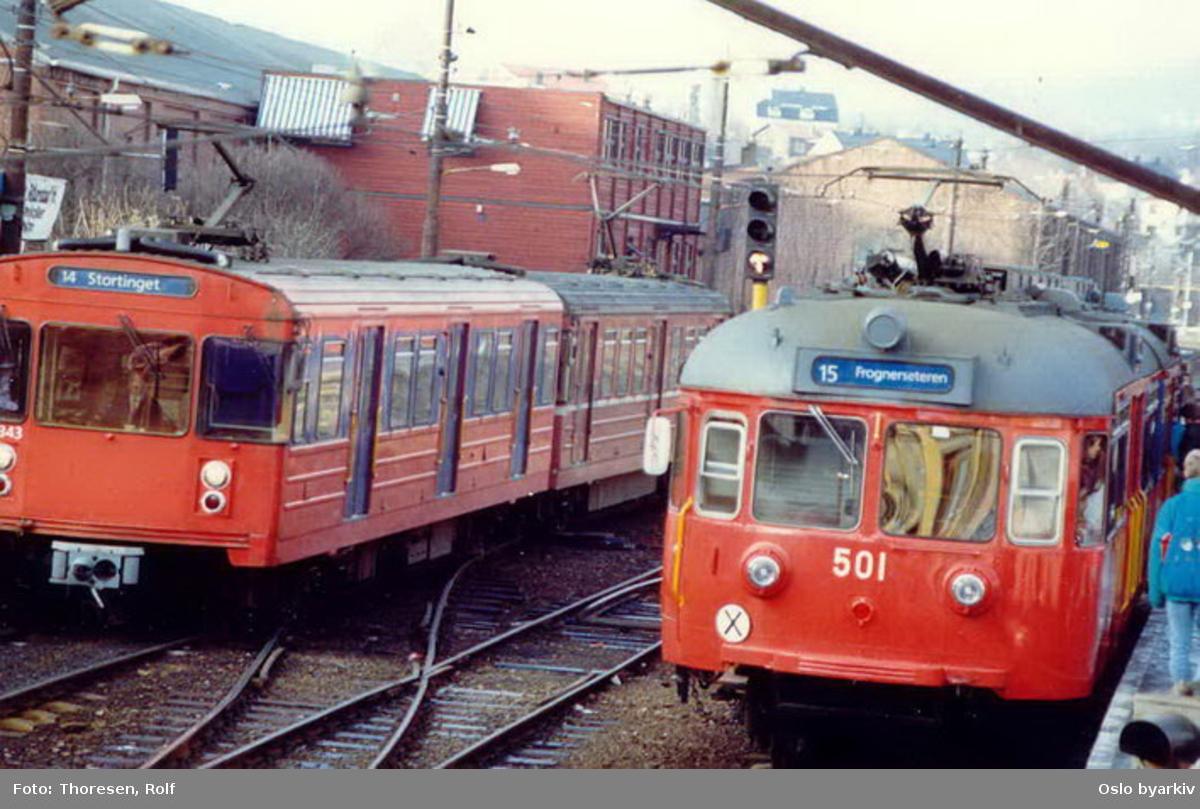 Holmenkollbanen, 501 i rød/blå fargesetning, linje 15 og 14 skilt, T7 1343.