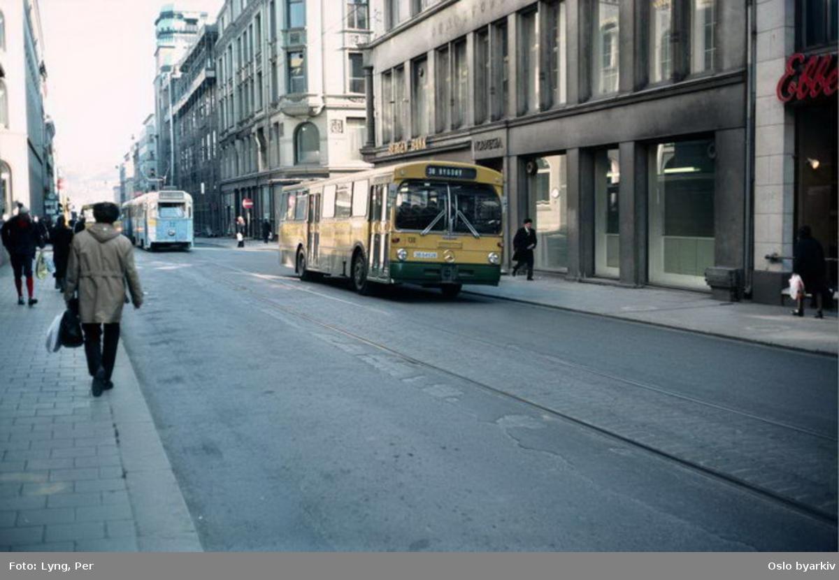 Busser, Ing. M.O. Schøyens Bilcentraler (SBC) nr. 130 linje 30 i Prindsens gate. En høkatrikk i bakgrunnen.