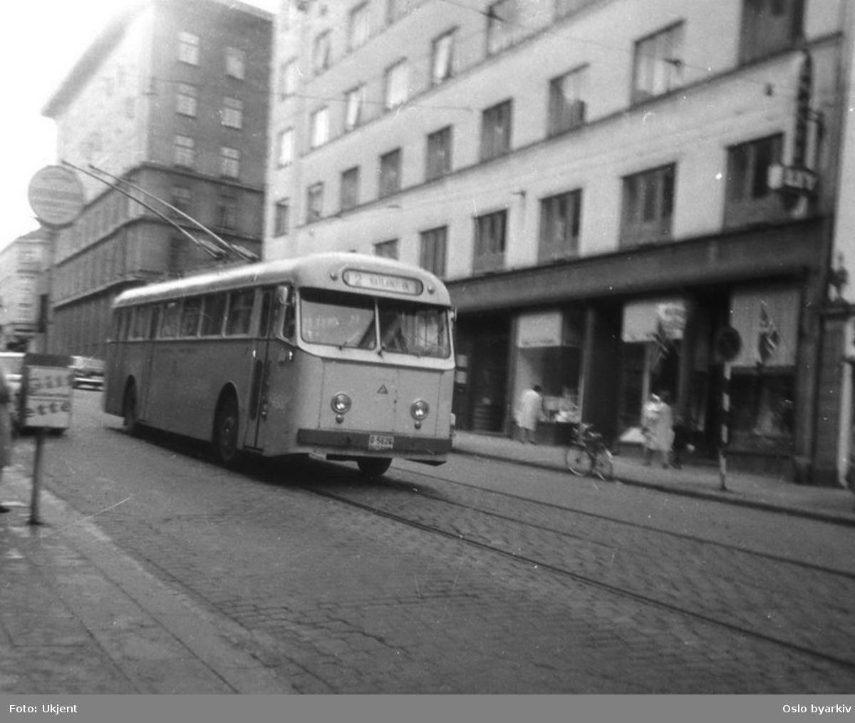 Buss i rute i en av Bergens gate.