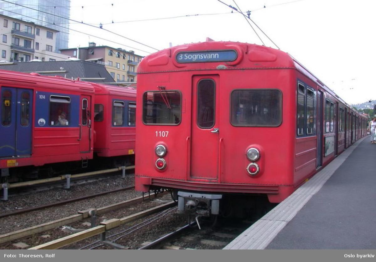 Oslo Sporveier. Majorstuen stasjon. T-banevogn 1107, serie T3, oppgående mot Sognsvann, frontenden (her bakerst).