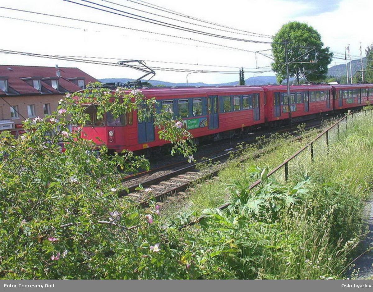 Oslo Sporveier. Kolsåsbanen. T-banevogn 1301, serie T5, på linje 4 kjører i tog fra Kolsås.