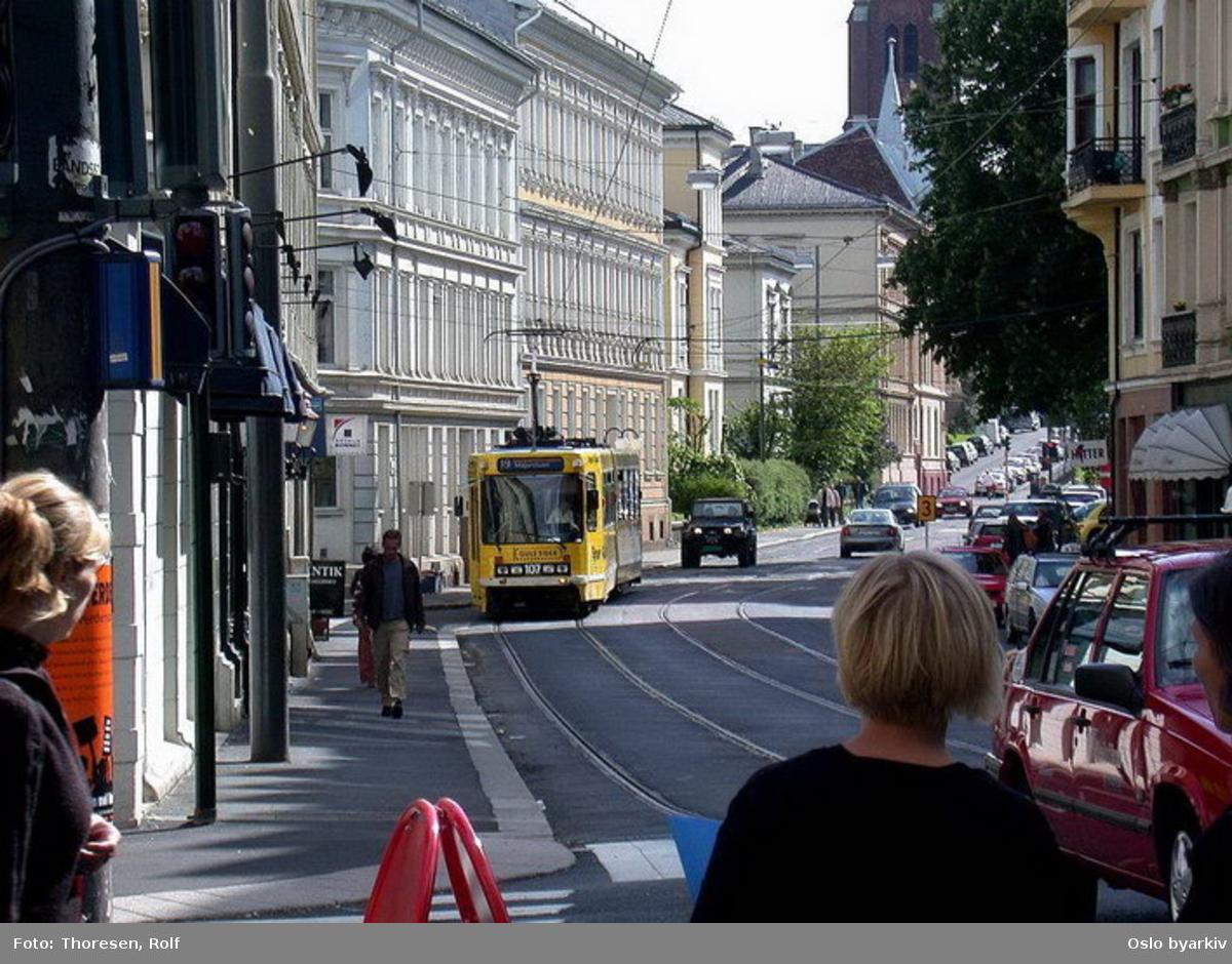 Oslo Sporveier. Briskebytrikken. Gul trikk motorvogn 107 type SL79 linje 19 i Holtegata. Trafikkmiljø.