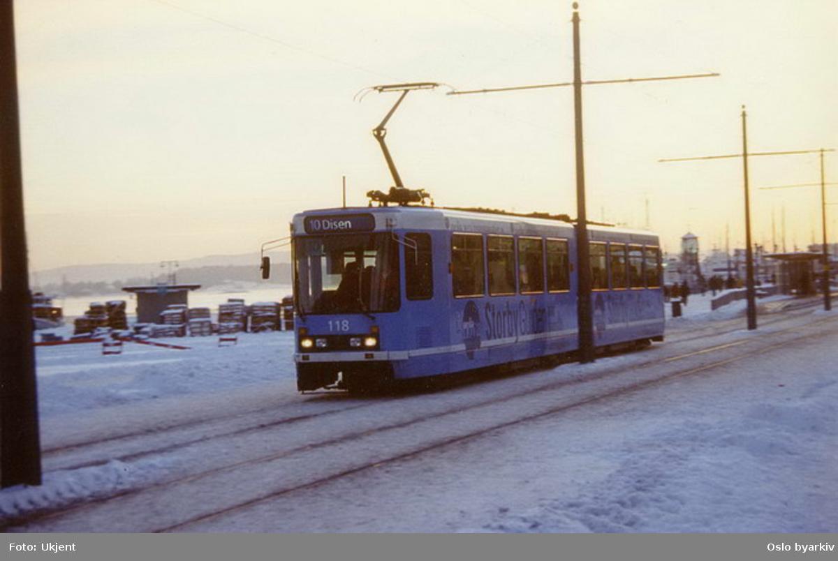 Oslo Sporveier. Trikk motorvogn 118 type SL79 linje 10 til Disen forbi Aker Brygge stoppested. Vinterbilde.