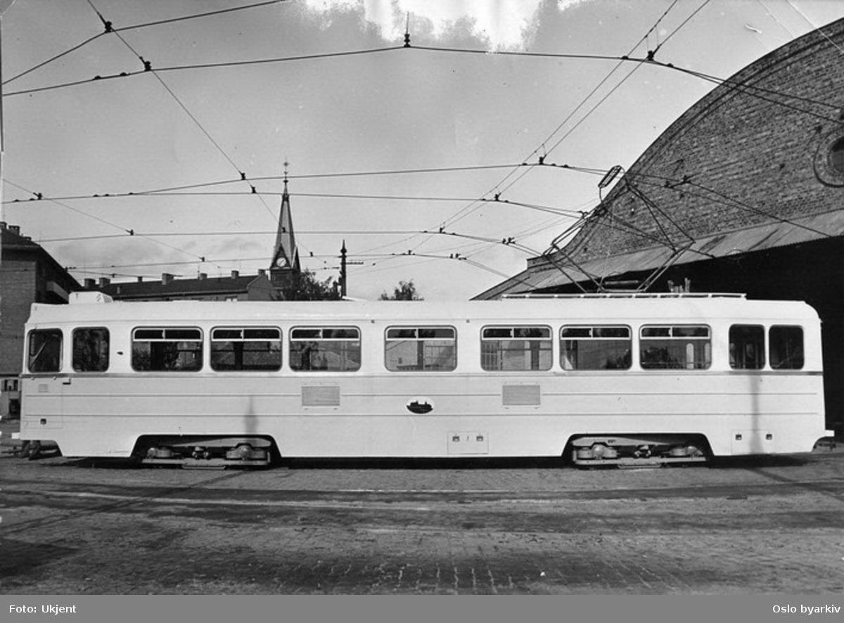 Oslo Sporveier. Nyprodusert trikk motorvogn 204 type Høka MBO, leveransefoto tatt utenfor Sagene vognhall.