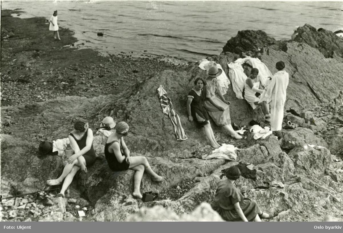 Paradisbukta. Badestrand på Bygdøys vestside. Badenymfer i strandkanten iført 1920 årenes bademote.