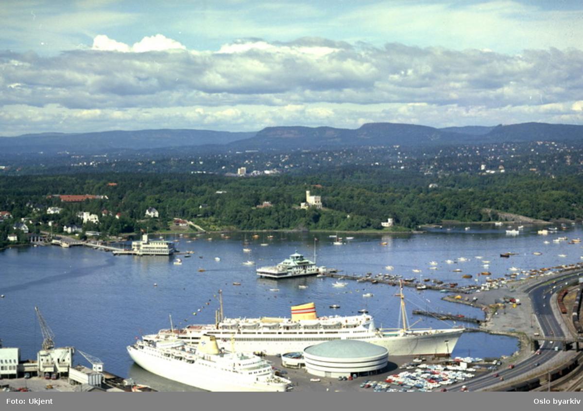 Frognerkilen med båter ved Hjortneskaia. Restaurantene Kongen og Dronningen. Frognerstranda nede til høyre. Oscarshall lystslott midt på bildet. (Flyfoto)