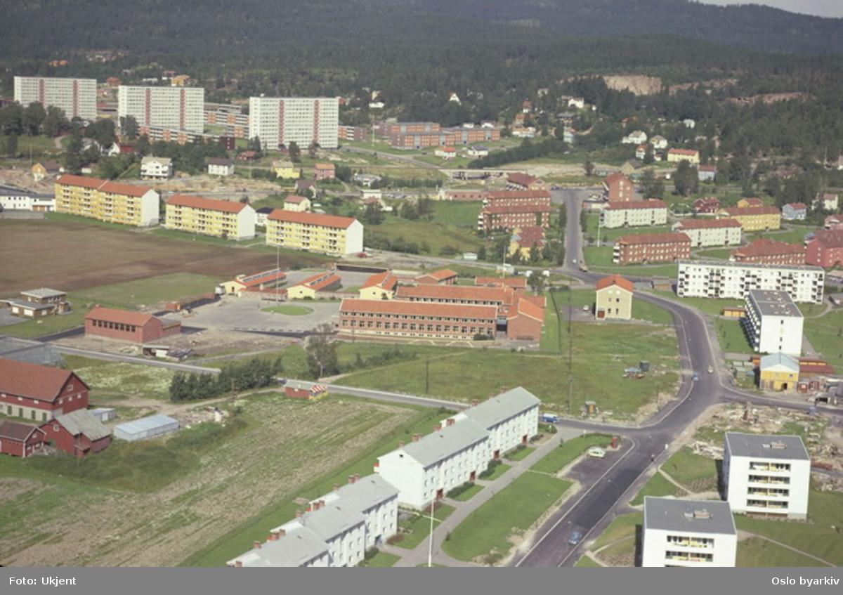 Nordtvet skole midt på bildet. Nordtvetveien til høyre og Gårdsveien mot venstre. Høyblokkene på Rødtvet i bakgrunnen. (Flyfoto)