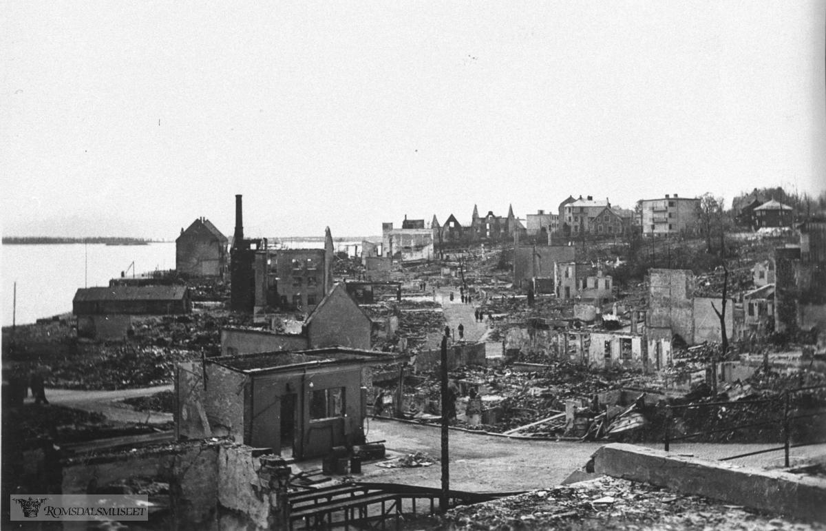 Molde sentrum april 1940. Bildet er tatt mot vest - Mysosten til høyre.