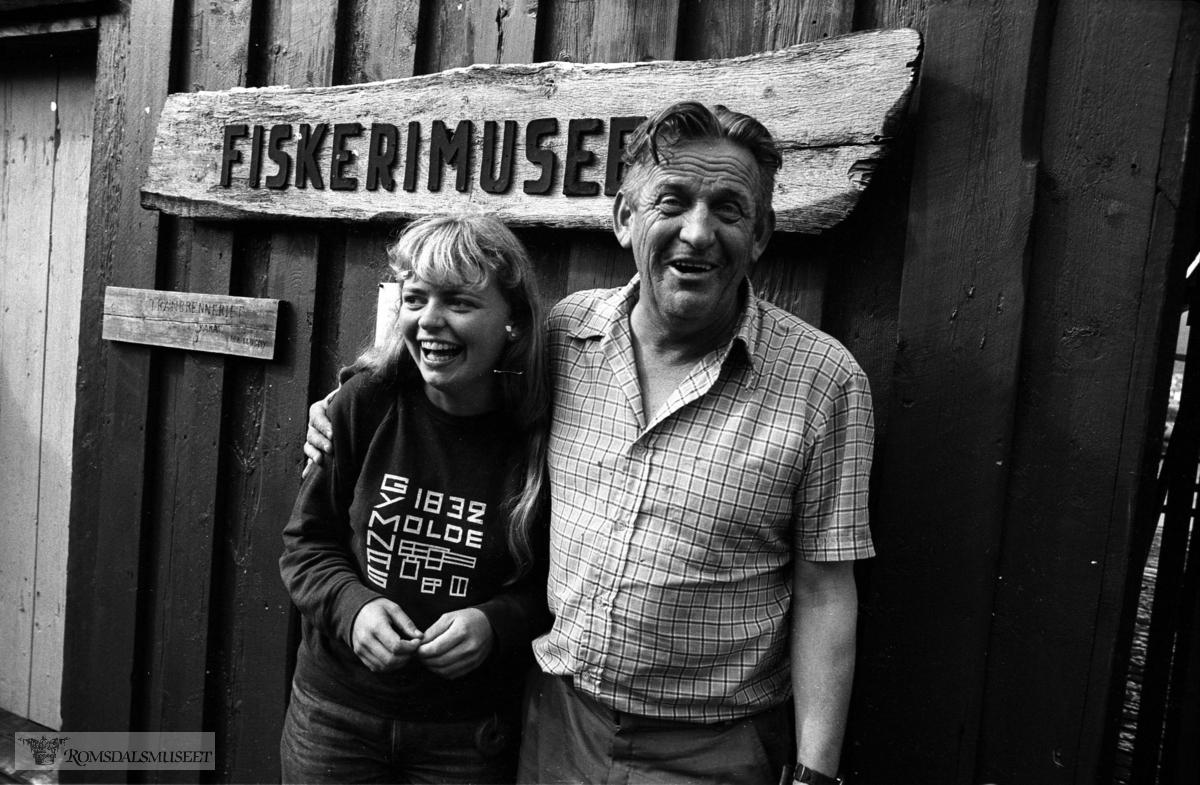 """Fiskerimuseet på Hjertøya. .Viser Ingun Kanestrøm (omviser) og Asbjørn Haukås (skipper på Taxi) utafor """"kaka"""" sommeren 1981..Tranbrenneriet """"kaka"""" fra Husøya."""