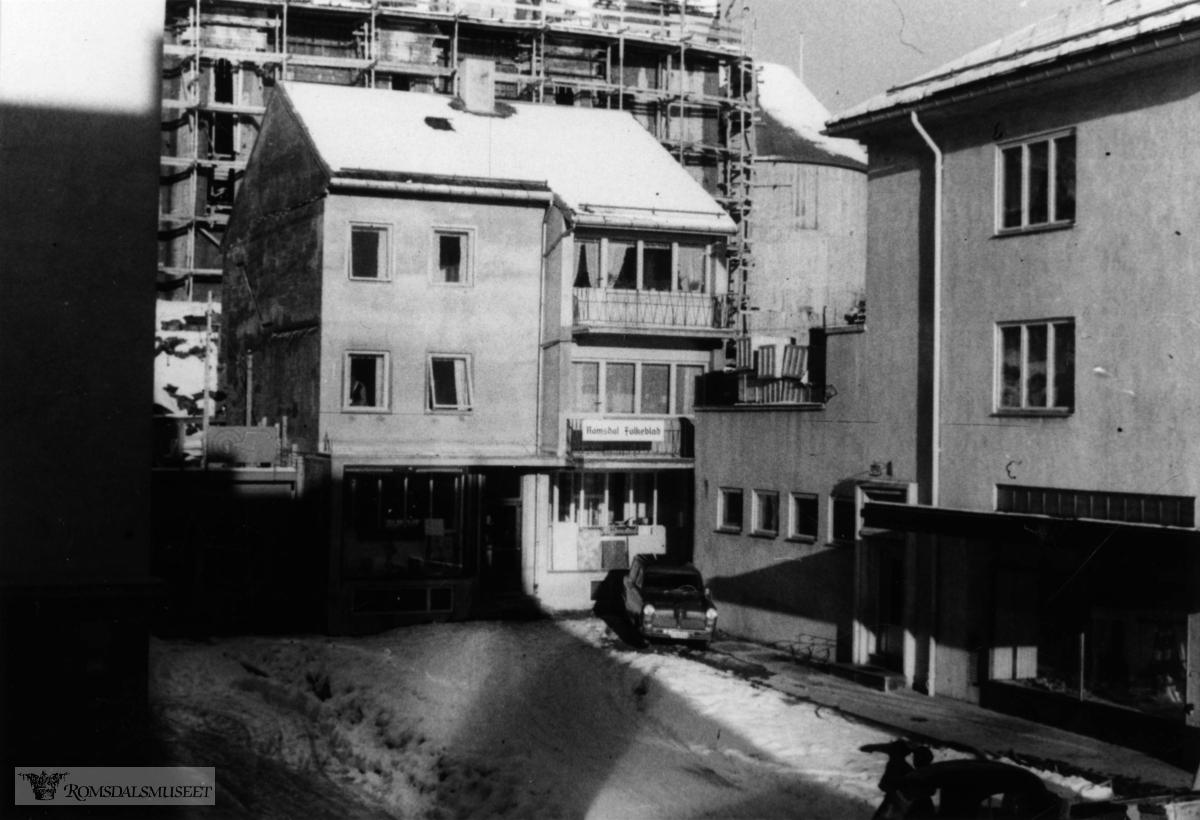 Ludvig Sættem til høyre. .I bakgrunnen Molde domkirke under bygging.