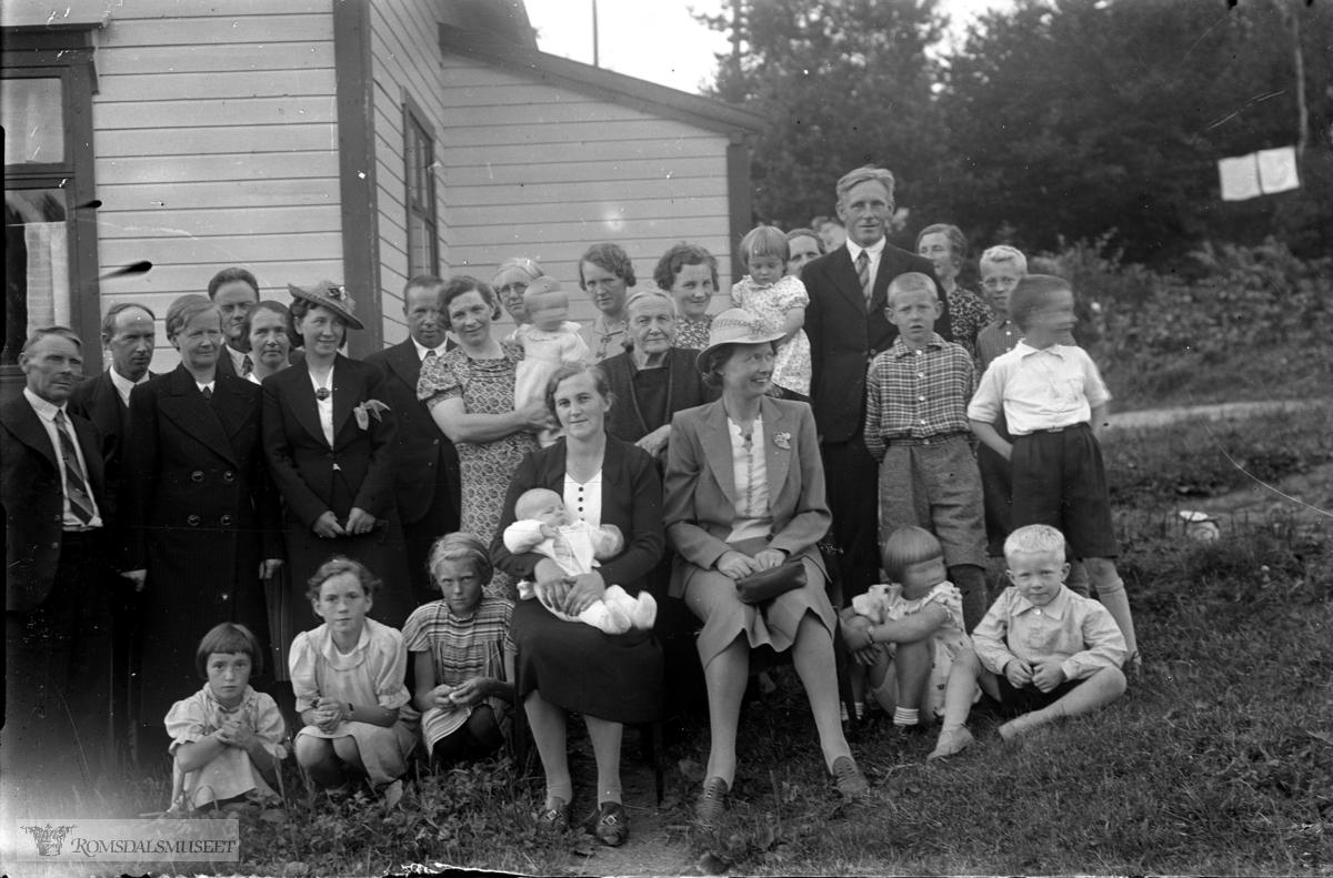 Barnedåp i Heimdal, dåpsbarnet trolig Per Lillebostad. Moren er Signe, Bestemoren Berntine Visnes står bak og til høyre for henne. Ellers er nær slekt og naboer bedt. Det var i 1939.