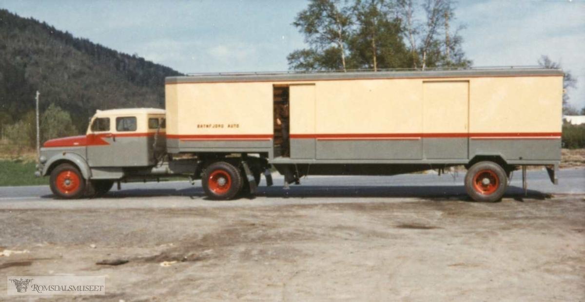 """Melkebilen til Batnfjord Auto, senere ÅBK og Molde Bilruter. Dobbelkabiner Volvo, med Maur/Bussbygg tralle. Ble kalt pinebenken på grunn av meget dårlig komfort.. Volvo N86-44 1967 mod med Maur-tralle fra samme år dette. Regnr på settet var T-99031 og T-99032. Omregistrert til UR 19430 og UR 4056 etter at Batnfjord Auto gikk inn i ÅBK. Tralla eksisterer fortsatt som """"campingtralle""""..(fra Oddbjørn Skjørsæter sine samlinger i Romsdalsarkivet)"""