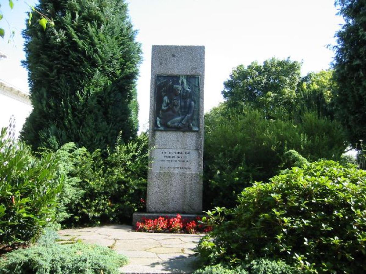 Bauta inne i en minnelund på 5 x 5 m, med bronseplate i fronten 1 x 0,80m På begge sidene navn på de som falt i krigen fra Hetland Kommune (Stavanger)