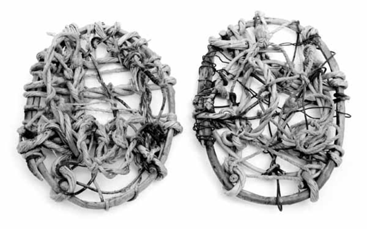 Trugene har ringer laget av grankvister, med barken delvis sittende på.  Til bunn i trugene er brukt bjørkevidjer, senere forsterket med ledning, snor og ståltråd. Bøylene som står opp til feste av trugene til foten er også av bjørkevidjer.