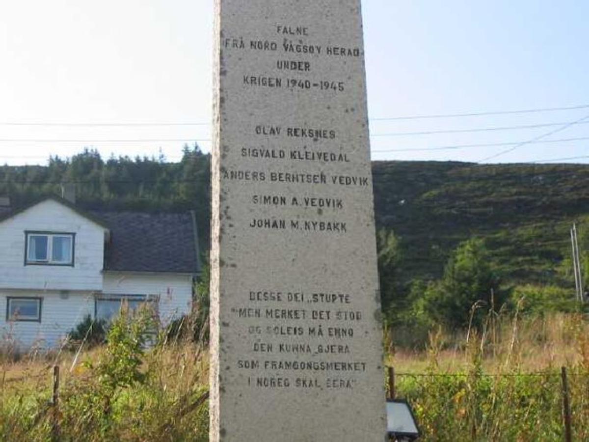 Avlang firkantet bautastein på ca 3,5 m. steinen er sett på en sokkel.