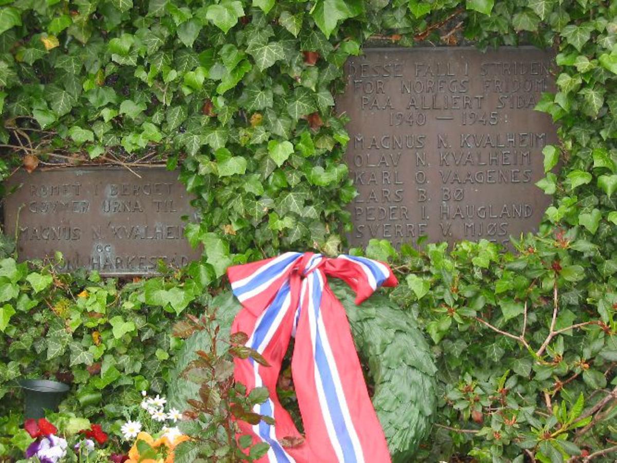 Kjøreanvisning: Minneplatene står inne på Hordabø kyrkjegard.