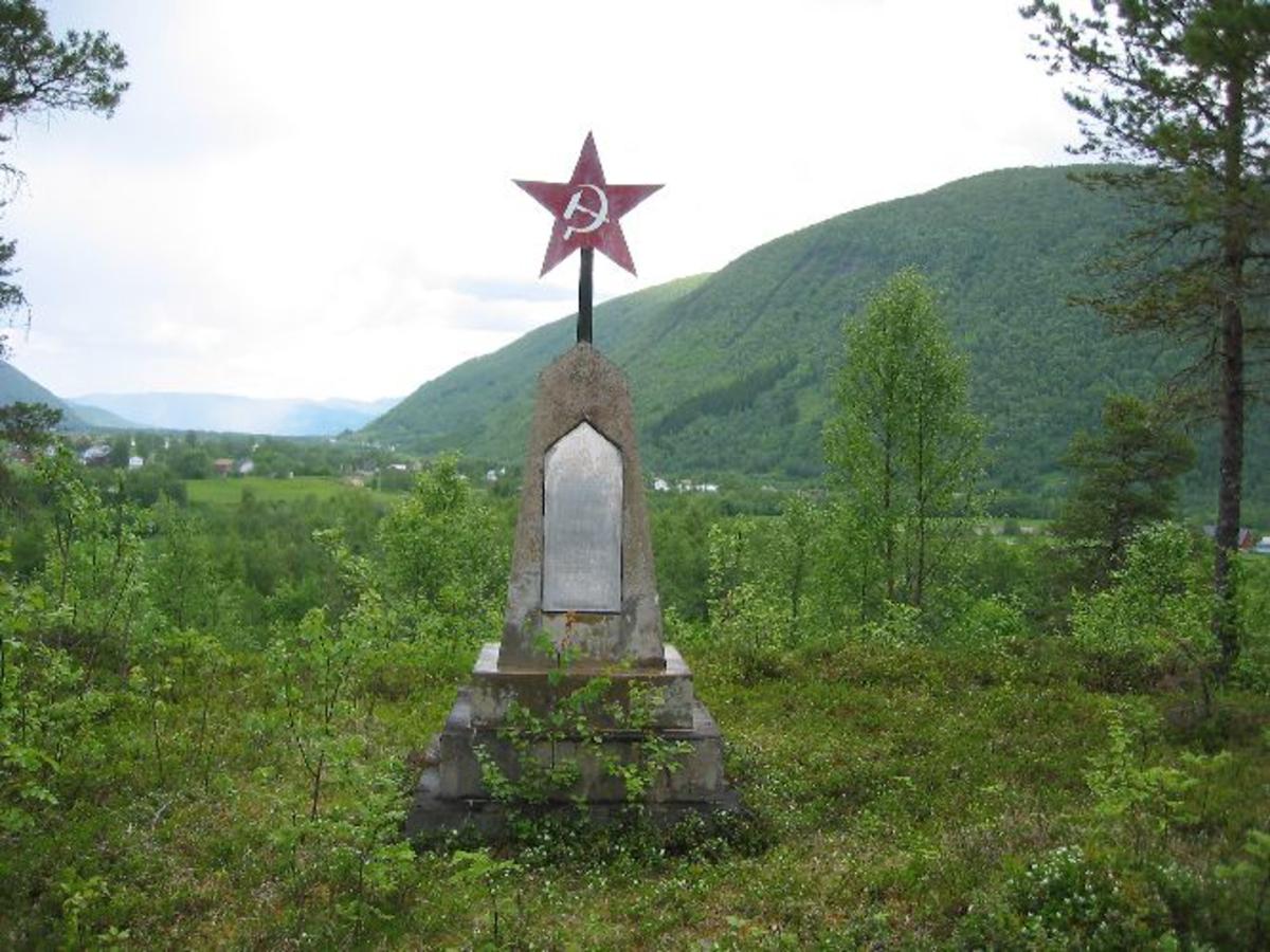 Minnestein med to aluminiumsplaster med inskripsjon på russisk og norsk.