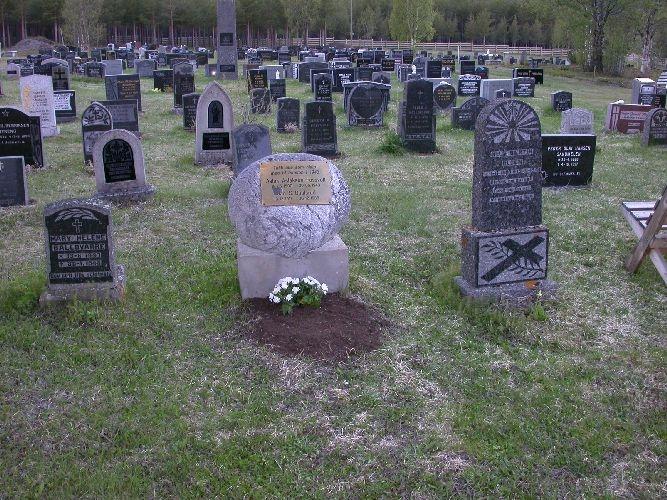 Rund naturstein på liten sokkel. Diameter ca 75 cm. Inskripsjon på messingplate. Gravstein på fellesgrav til Aslak Aslaksen Fossvoll (19.06.1900-30.06.1943) og Jan S. Baalsrud (13.12.1917-30.12.1988)