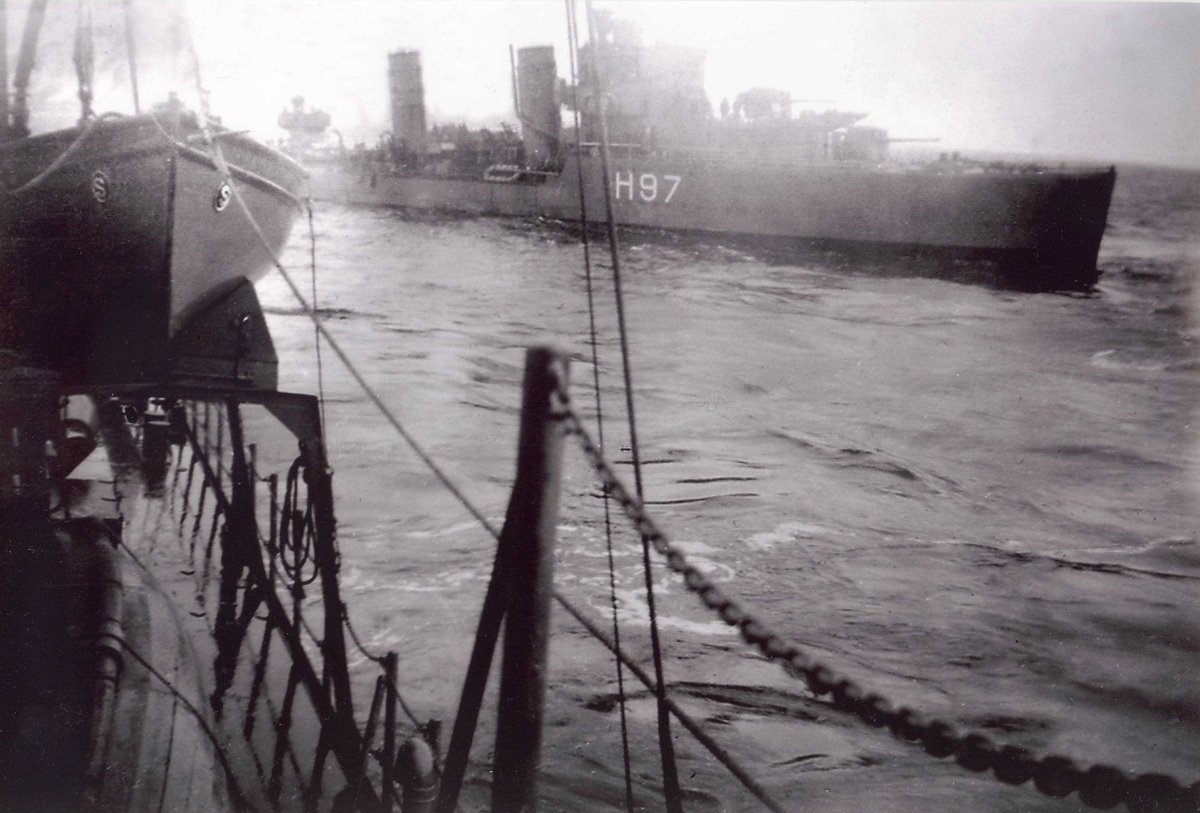 """Den britiske destroyeren HMS """"Hyperion"""", fotogafert fra torpedojageren """"Sleipner""""."""