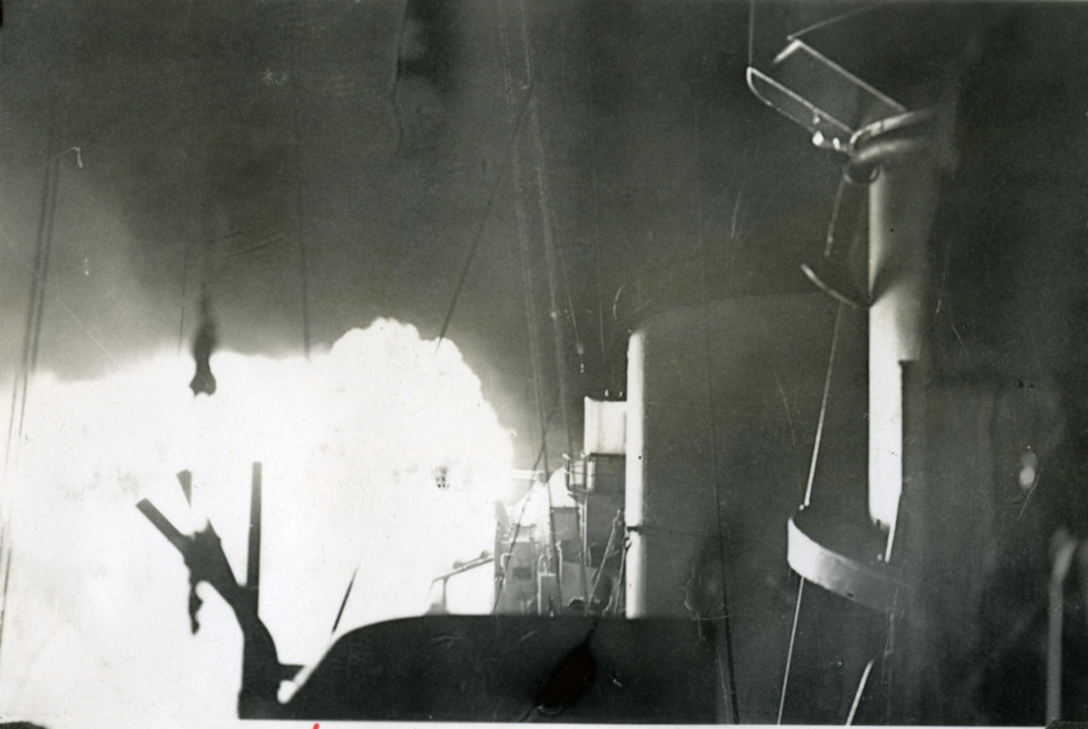 """Album Glaisdale H.Nor.M.S. """"Glaisdale"""". Fotograf: Ltn.Knudtzon. Skyting med kanon.  Jager av Cresent-klasse, innkjøpt fra Storbritania i 1946. Fikk norsk kommando heist i Chatham 10. oktober samme år. Etter utprøving ankom jageren Horten 21.desember 1946. Ble adoptert av Stavanger by 16.mai 1947. Var i 1948 utsatt for et alvorlig uhell da dokkputene sviktet under doksetting i Stavanger og bunnen ble slått mot bunnen av dokken og påført store skader.  Stavanger gjorde tjeneste frem til 1966 da det ble utrangert. Ble benyttet som målfartøy før den i 1972 ble solgt og slept til Belgia for hugging."""