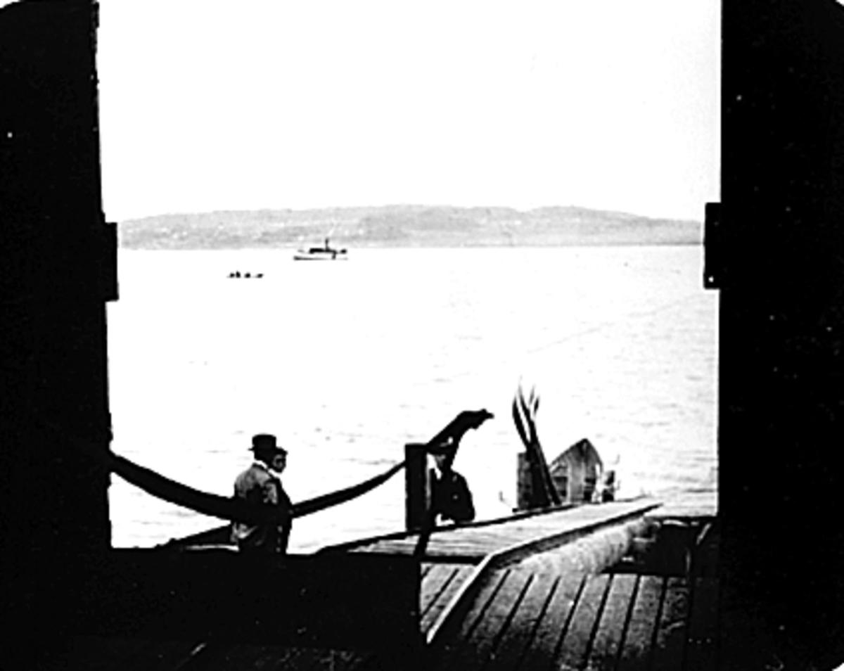 Fra båthuset til roklubben på Koigen. Utsikt mot Helgøya. Mjøsbåt.
