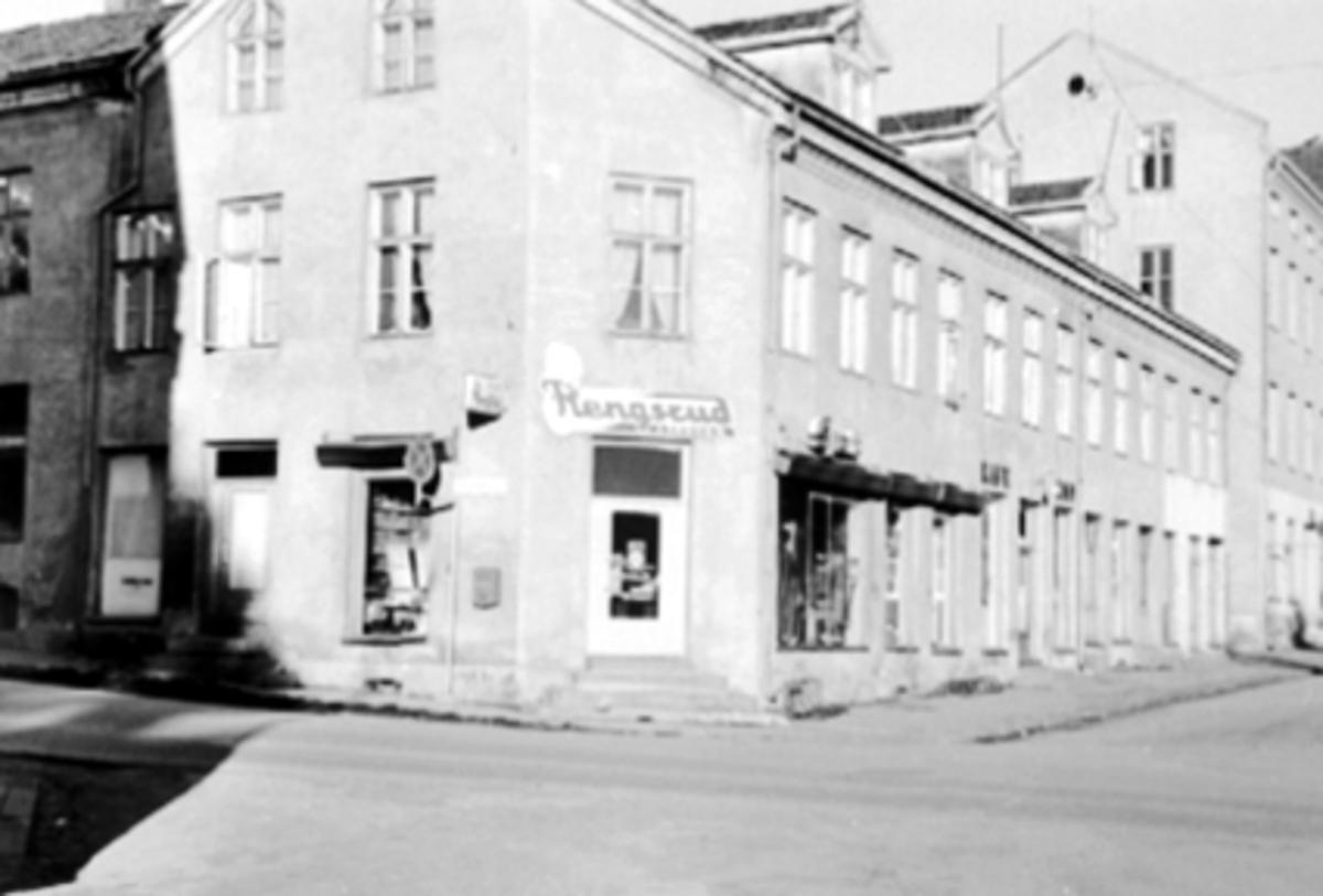 EKSTERIØR STORHAMARGATA 11, ÅSGÅRDEN, HJØRNEBUTIKKEN: FLENGSRUD SPORTSFORRETNING, SYKKELFORRETNING, PÅBEGYNT RIVING 1975