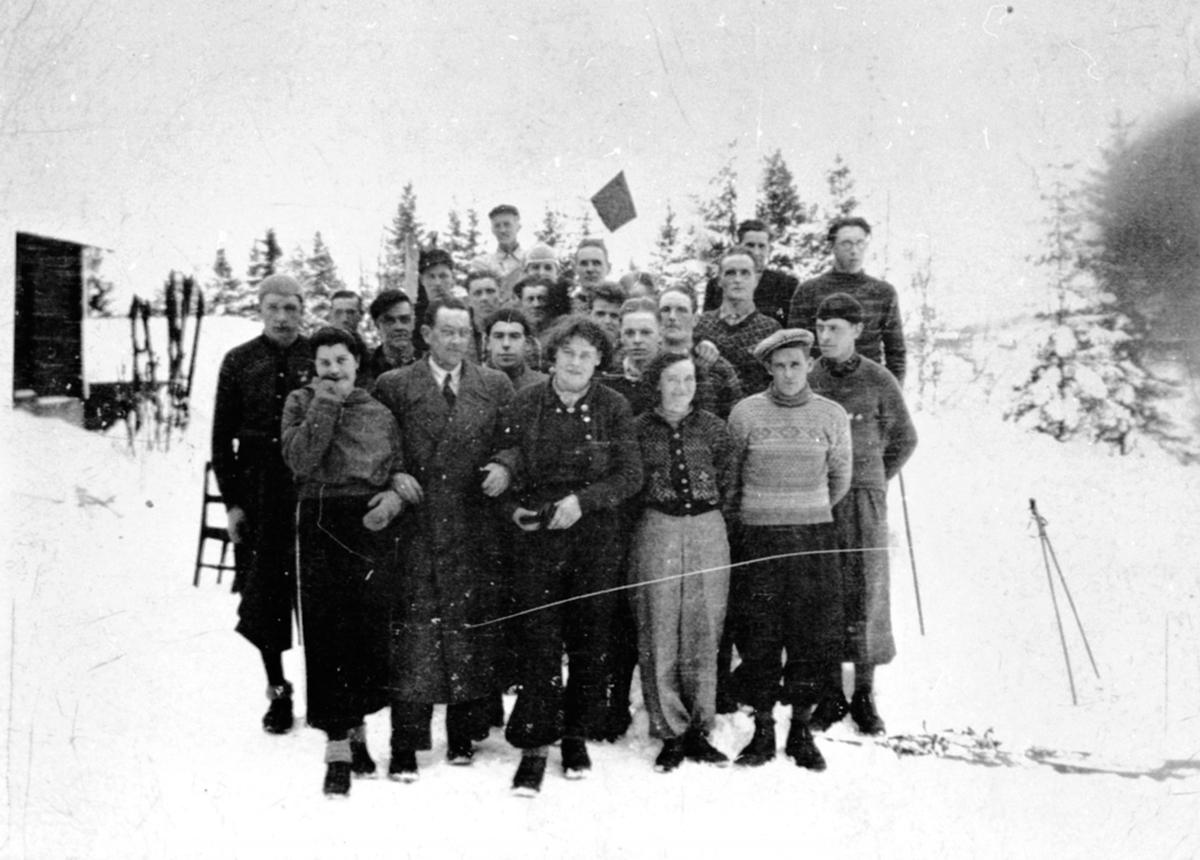Medlemmer i Brøttum Arbeideridrettslag etter kretsrenn på ski, Høgvang, Brøttum, Ringsaker.