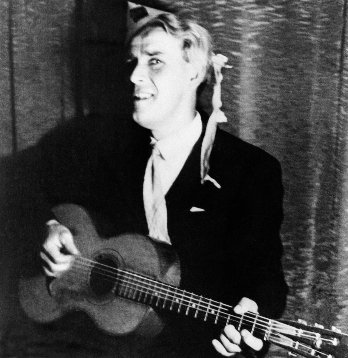 Alf Prøysen med gitar, karnevalshatt, fra revy på Sem i Asker under krigen.